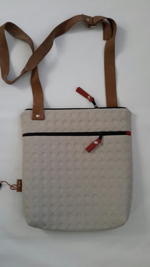 16. gebroken wit ( b. 30 cm x h. 33 cm. )  1 schouderband verstelbaar tot 120 cm.    € 68,00