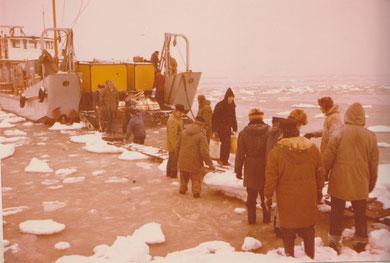 Handarbeit ist gefragt , das Landungsboot ist die einzige Schiffsverbindung, z.T. über den Kalfamer