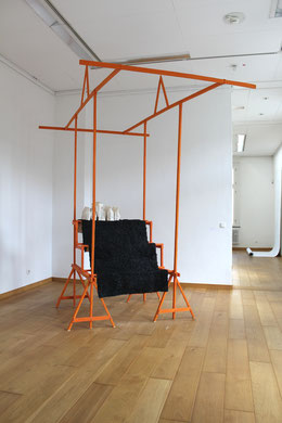 Verkaufsvorrichtung Nr.3_Holz, Pigment, Wachs, Stoff, Kaltasphalt_325  x 200 x 250 cm_2017_Britta Frechen