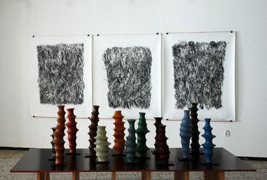Iterate, 2012, verschiedene Höhen, Objekte aus Wachs, Pigment, Holz, Nylon / Zeichnung, 2014, Kohle auf Papier