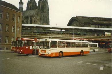 oberer Teil des Busbahnhof am Kölner Hbf, MAN SL 202 von der RVK, davor Bahnbus (dunkelrot).....kleine Kapelle im Hintergrund :-)