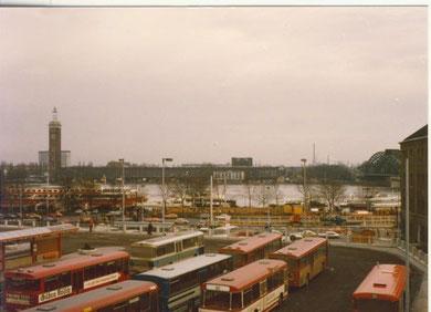 Busbahnhof am Kölner Hbf mit Blick auf die Messe