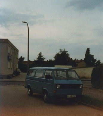 nagelneuer luftgekühlter VW Bus T3 in einer FORD Siedlung