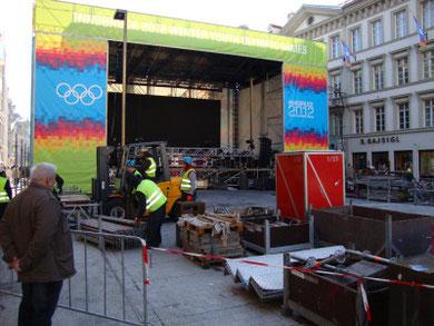 Bühnenaufbau für die Preisverleihung anlässlich der 1. Olympischen Jugendwinterspiele 2012. Digitalphoto;© Johann G. Mairhofer 2012.  Inv.-Nr. 1DSC02557