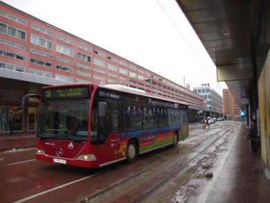 Werbedekoration an einem Stadtbus der IVB (Innsbrucker Verkehrsbetriebe) anlässlich der 1. Olympischen Jugendwinterspiele 2012. Digitalphoto;© Johann G. Mairhofer 2012.  Inv.-Nr.1 DSC02553