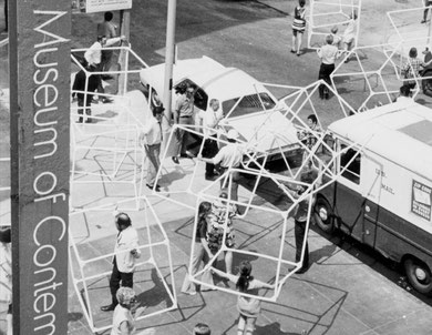 « 100 Cubes » Museum of Contemporary Art Chicago, 1970 - Central Park New York, 1970 - 25e Edinburgh Festival, 1971 .