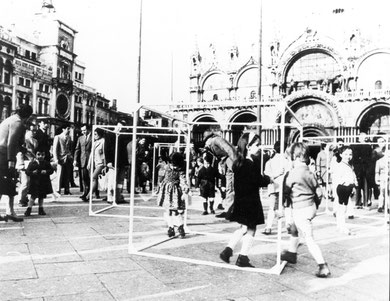 « Cubes in Venice » 35e Biennale di Venezia, 1970 - photo: Gianni