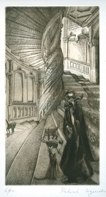 Masque dans l'escalier