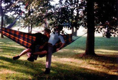 urlaub verpflichtet, public happening with hammocks& sound installation, areale neukölln, berlin 2001, copyright chantal labinski