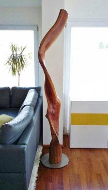 Skulptur aus dem Stamm eines Pflaumenbaumes