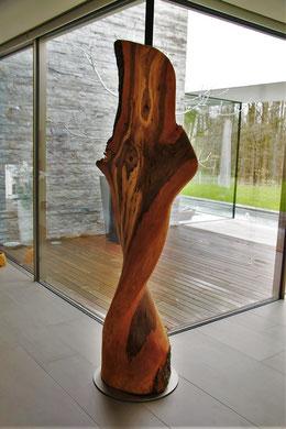 Objekt aus dem Stamm eines Apfelbaumes, 210 cm hoch, Edelstahlsockel