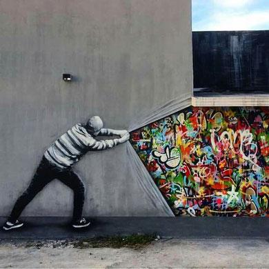 pochoir et graff street art derrière le mur.