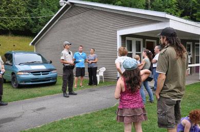 L'agt Alexandre Lacroix accueillant les jeunes et leurs parents au camp.