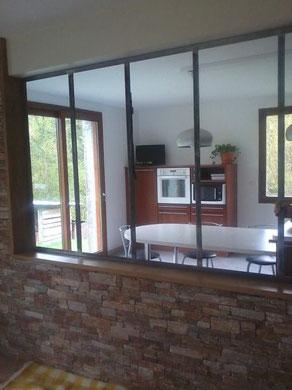 Le verre est le materiau de prédilection pour réaliser des verrières qui offre une vue sur la cuisine