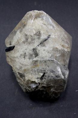 Natürlich gewachsener Quarzkristall / Turmalinnadeln