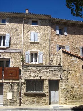Arrière de la façade, côté lavoir et fontaine du village