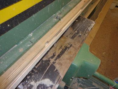An der Füge mache ich einen sauberen Schnitt um die Teile im Anschluss sauber verleimen zu können.