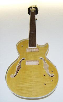 Nach dem Beizen sieht die Gitarre so aus.