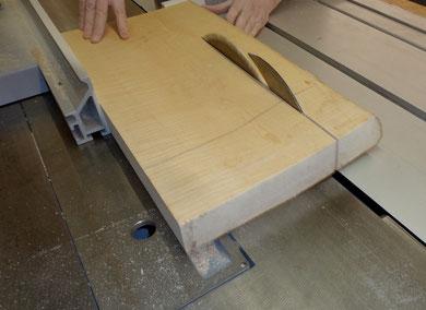 Das Material wird grob auf Breite geschnitten.