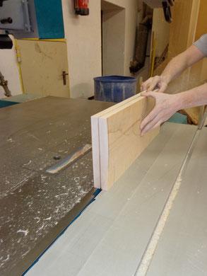 Es bedarf mehreren Schritten bis das ganze Holzstück durchtrennt ist.