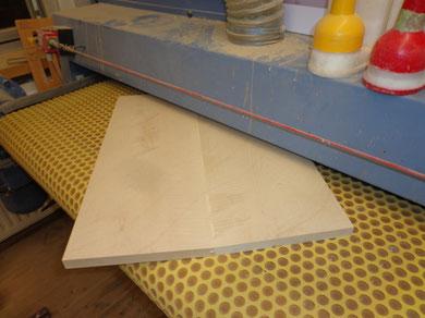 Nach dem die Leimstelle getrocknet ist, wird das Material auf 17mm kalibriert.