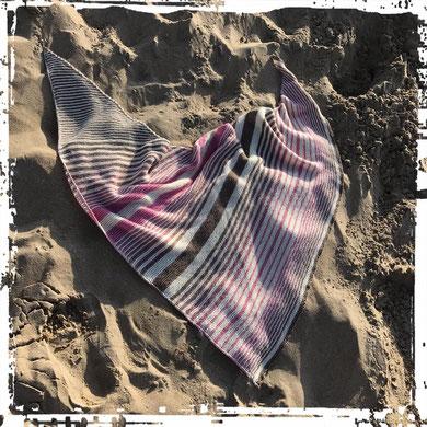 """Leuchtturm-Tuch """"Strandblume"""" / gestrickt und fotografiert von Delia Ostrowski"""
