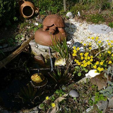Keramik-Schildkröte am Teich