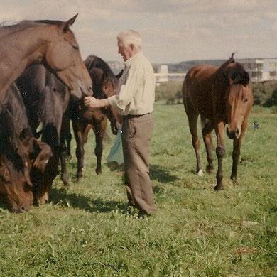 Franz Janetzky im Kreise seiner Pferde