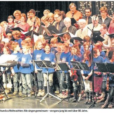 Schulchor und Sängerbund singen gemeinsam bei der Winterfeier