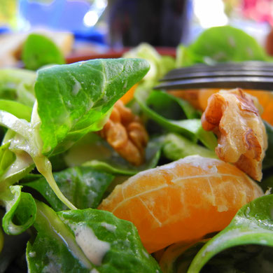 Ackersalat mit Mandarine und Walnuss in Joghurt-Senf-Sauce