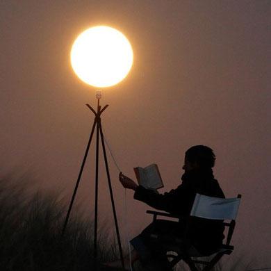 Leyendo a la luz de la Luna