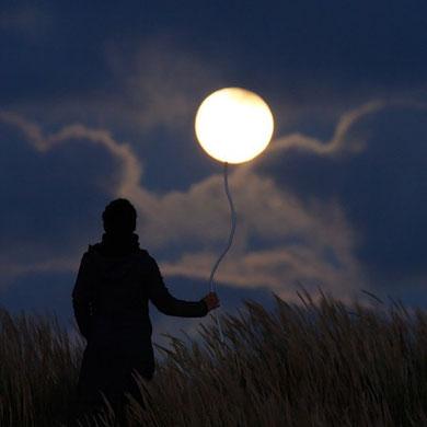 La Luna es un globo que se me escapo....