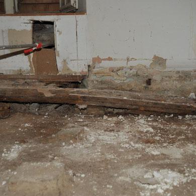 Auf diesem verfaulten Bodenbalken lag eine Betonplatte