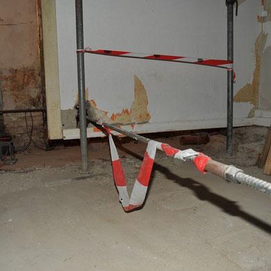 Eine Rainhaus-Besonderheit: Eine Wand die nicht steht sondern von der Decke hängt; weil ihr der Boden weggefault ist