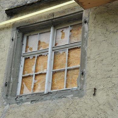 Gleiches Fenster im 1. OG, Zustand im August 2013 / Vandalen waren am Werk
