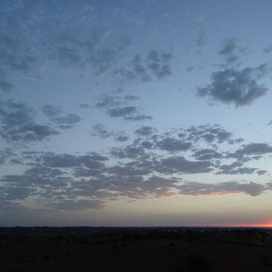 mit dem ersten Licht des Tages erwachte ich heute und erblickte durch das offene Fenster diese wunderschönen Wolken ...