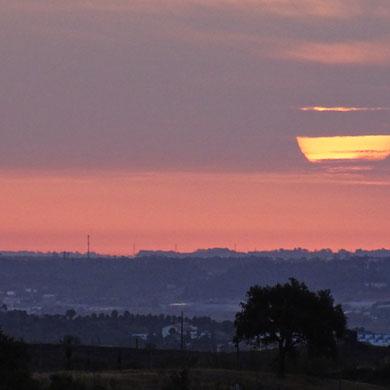 so ein besonderer Sonnenaufgang läßt mich sofort hellwach sein und ich geniesse es sehr, wenn der Tag langsam erwacht und welche Stimmungen das Morgenlicht zu zaubern vermag