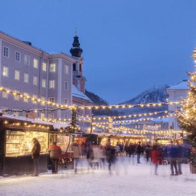 Der Christkindl Markt verzaubert die Stadt.