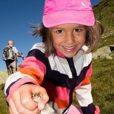 Maja hat einen Frosch gefangen. Vielleicht macht ihn ein Küsschen zum Märchenprinzen.