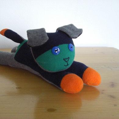 Sockenhund, grau-dunkelblau mit grün und orange