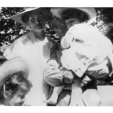 MAhler en Maiernigg con Alma y sus hijas Maria y Anna, 1905.