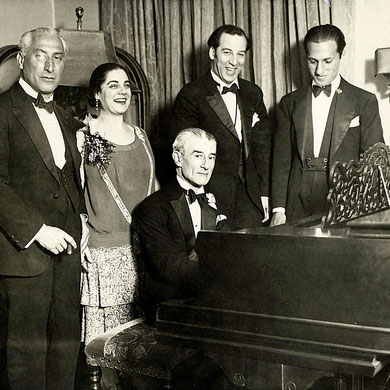 Fiesta de cumpleaños en honor de Maurice Ravel, Nueva York, 8 de marzo de 1928. De izquierda a derecha Oscar Fried, director de orquesta, Eva Gauthier, cantante, Ravel al piano; Manoah Leide-Tedesco, compositor y director de orquesta y el compositor Georg