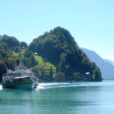 Mit dem Schiff zu den Giessbachfällen