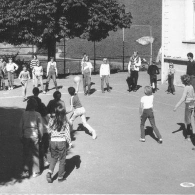 1985 Völkerball auf dem Schulplatz
