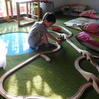 イウは寝ても覚めても電車が大好き。最近は朝目覚めると、親を起こしにくる前に、一人で勝手に遊んでいます。