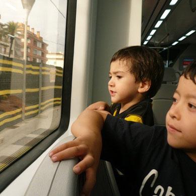 子供たちは電車が大好き。ちょっと遠くの海まで出かけました。