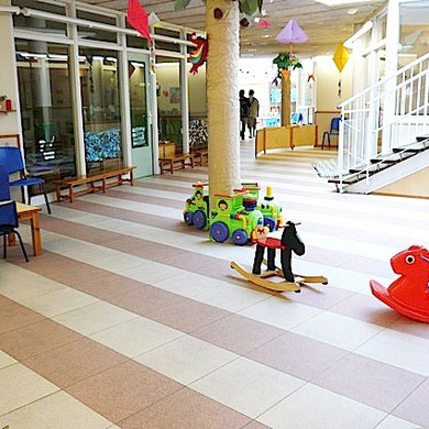 保育園エントランス部分。普段は通路、あるいは雨が降った時の遊び場として使われています。