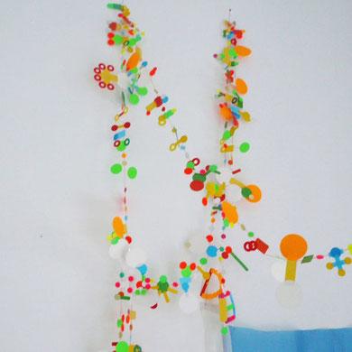 でもその中でも特に「やられた!」と思ったのがこの手作りの飾り。なんと様々な色のシールを糸に貼りつけただけでこんなにかっこいいオブジェを作っています。