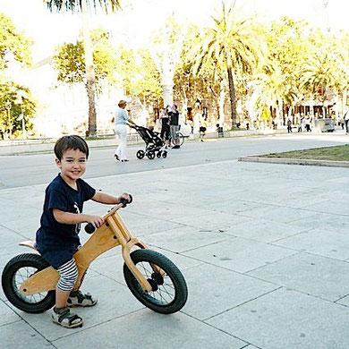 近所ですが、通園はいつもバイクです。近くなって、そして子供も大きくなって、ベビーカーを使わなくなりました。