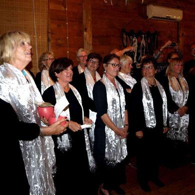 unsere Frauen bedanken sich bei den Reiseleitern mit einem Ständchen aus dem Musical Sister Act.